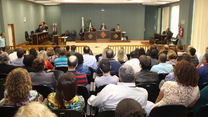 Serventuários do 5º NUR acompanham as explicações da Administração: presidente recebeu elogios dos servidores (Foto: TJRJ)
