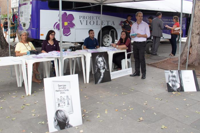 Equipes técnicas dos juizados de violência doméstica e famíliar contra a mulher dão orientações às vítimas na Praça XV (Foto: Brunno Dantas/TJRJ)
