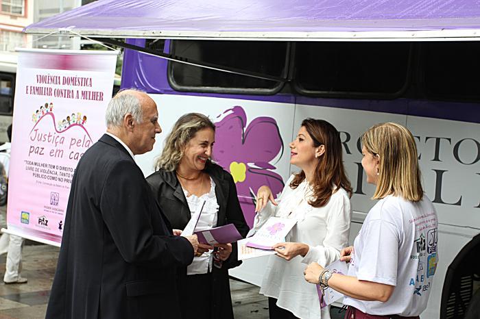 O presidente do TJRJ e a corregedora-geral recebem da juíza Adriana Ramos as cartilhas do projeto (foto: Luis Henrique Vicent/TJRJ)