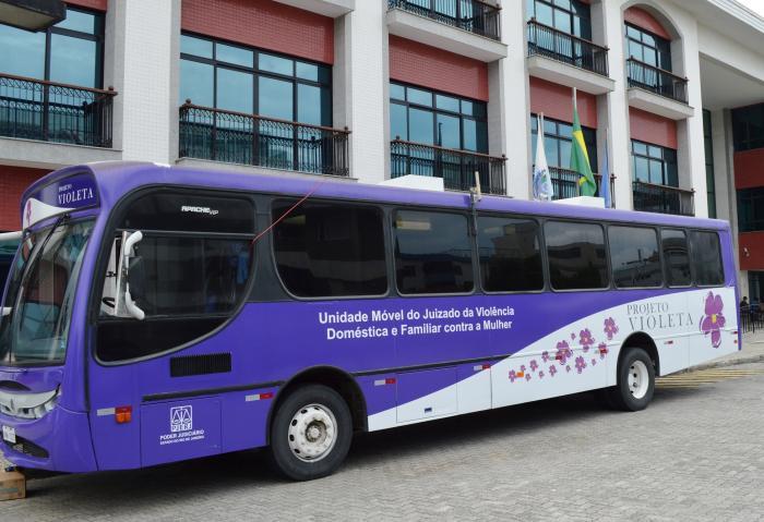Ônibus do Projeto Violeta no fórum de Cabo Frio: mais de 40 audiências programadas para dois dias (fotos: Gustavo Lethier/ TJRJ)