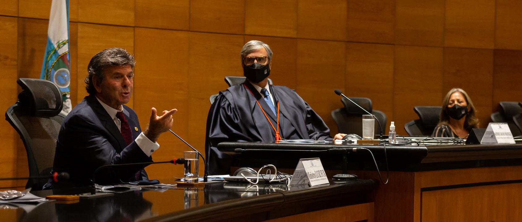 Ministro Luiz Fux apresenta o Justiça 4.0 observado pelo presidente do TJRJ, des. Henrique Figueira: inovação no Judiciário