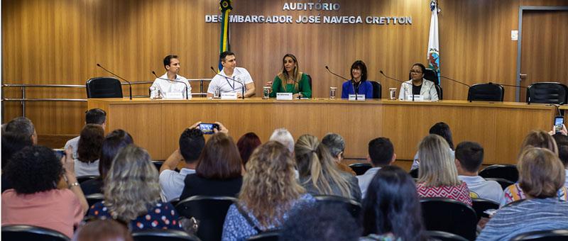 A juíza Glória Heloiza (ao centro) foi uma das palestrantes