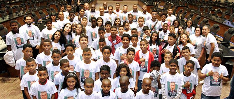 Crianças e adolescentes em visita ao Plenário da Lâmina Central