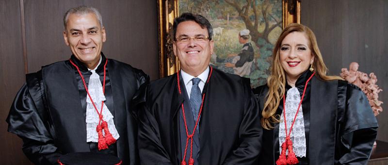 O presidente do TJRJ,  desembargador Claudio de Mello Tavares, entre os novos desembargadores André Luiz Cidra e Lucia Regina Esteves de Magalhães