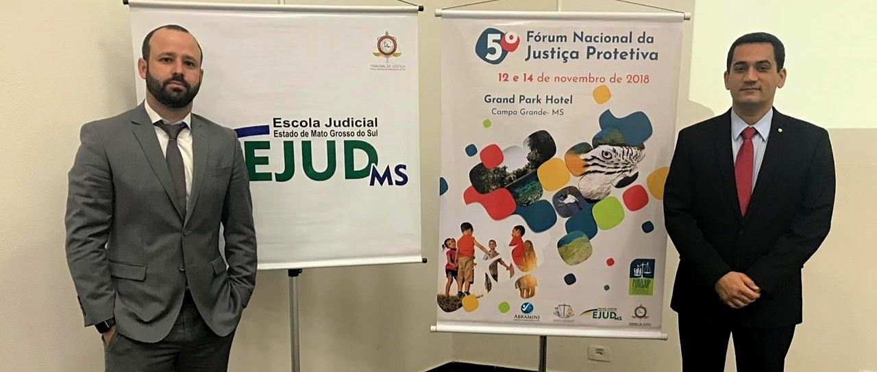 O juízes Daniel Konder e Sérgio Luiz Ribeiro de Souza, que participaram dos debates no V Fórum de Justiça Protetiva, em Campo Grande (MS)