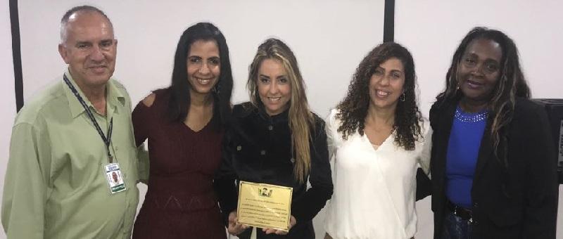 A juíza Glória Heloiza, ao centro, recebeu placa dos conselheiros tutelares de Coelho Neto por sua atuação na Vara da Infância