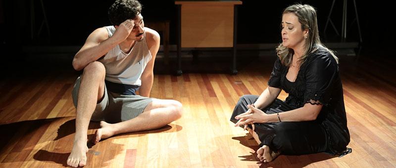 Atores representam casal discutindo problemas familiares na peça criada para divulgar o projeto Casa da Família, do TJRJ