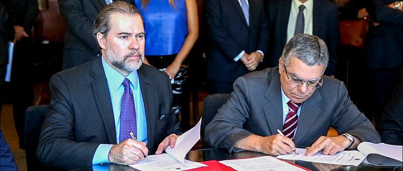 Ministro Dias Toffoli e presidente do TJRJ, desembargador Milton Fernandes de Souza, assinam a implantação do sistema PJe