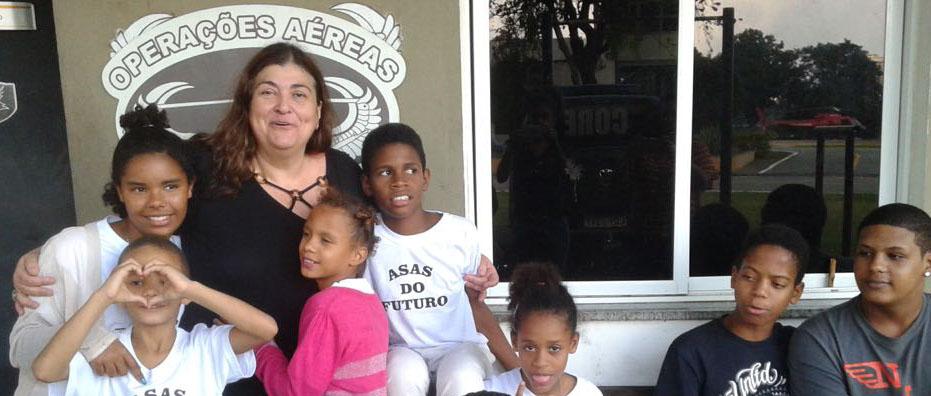 A juíza Mônica Labuto se reúne com as crianças na visita ao Serviço Aeropolicial, na Lagoa