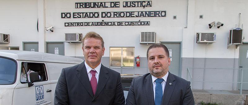 O juiz auxiliar da Presidência, Marcelo Oliveira, mostra ao conselheiro do CNJ, André Godinho, as instalações da Cadeia Pública José Frederico Marques , em Benfica