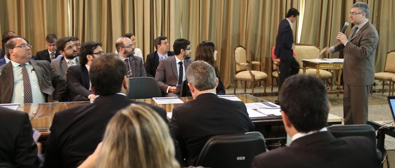 O juiz Gilberto de Mello Nogueira Abdelhay explica  os benefícios do Programa Concilia para prefeitos e autoridades