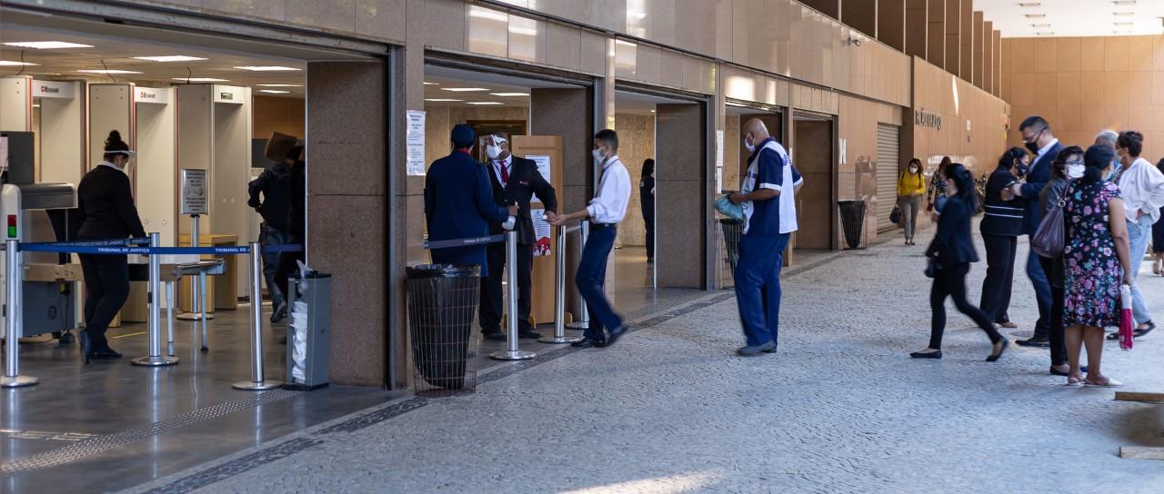 Servidores imunizados contra COVID-19 iniciam retorno ao trabalho presencial